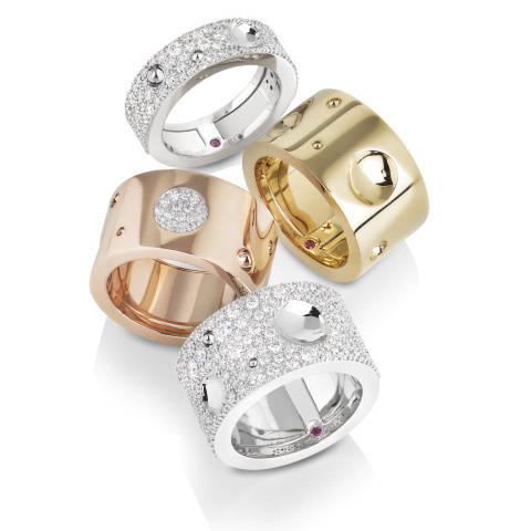 Náramky – shora  růžové zlato s diamanty 135.300 Kč růžové zlato s diamanty  201.300 Kč bílé zlato s diamanty 909.425 Kč 29fd1da31a0